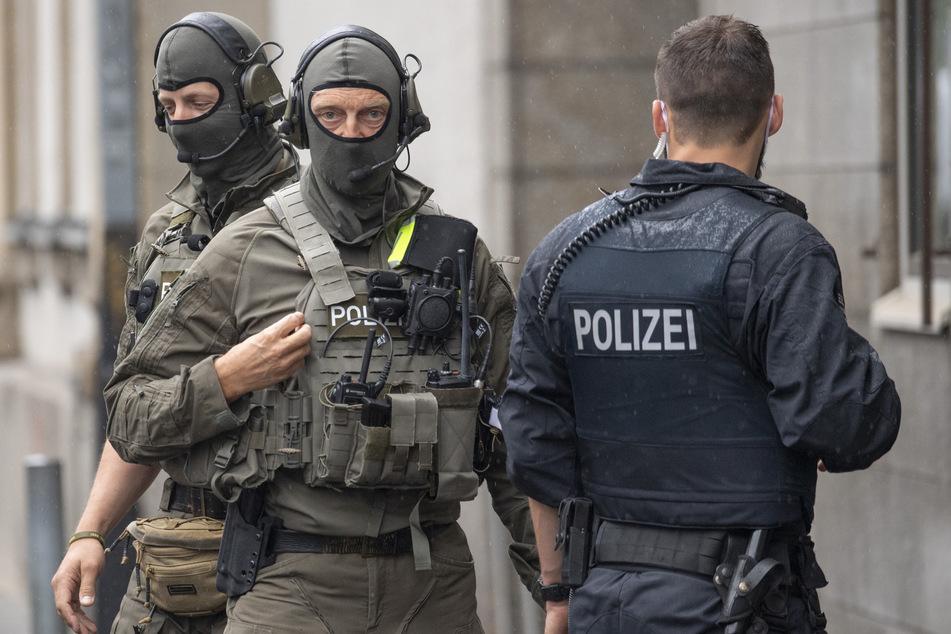 Ein Großaufgebot der Polizei rückte an der Wohnung an. (Symbolbild)