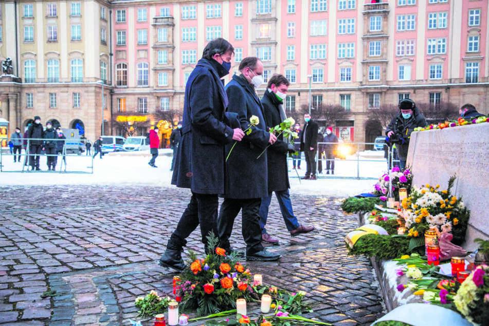 Landtagspräsident Matthias Rößler (66, CDU, v.l.), Oberbürgermeister Dirk Hilbert (49, FDP) und Ministerpräsident Michael Kretschmer (45, CDU) legten weiße Rosen am Altmarkt ab.