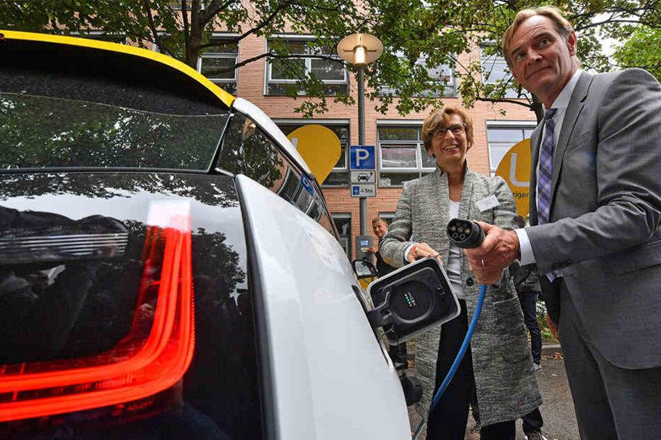 Gesine Grande, Rektorin der HTWK Leipzig, und Oberbürgermeister Burkhard Jung weihen eine innovative Ladestation ein.