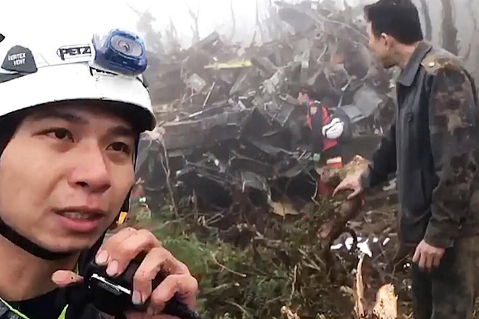 Das Videostandbild zeigt ein Notfallteam, das an der Absturzstelle des Militärhubschraubers in den Bergen von Yilan arbeitet.