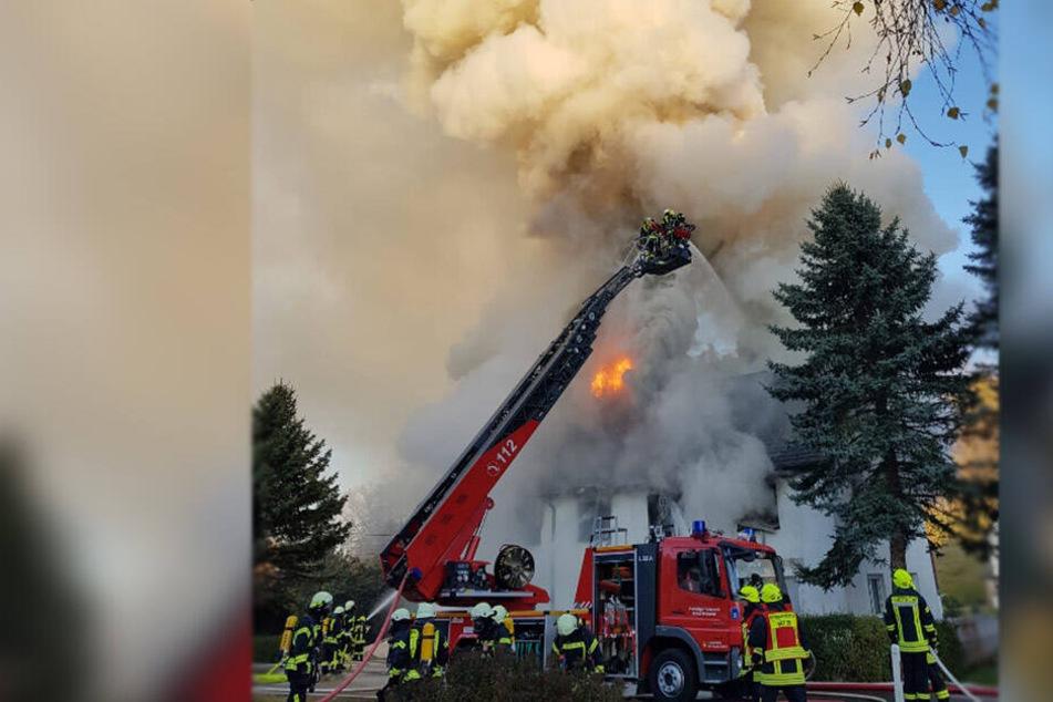 Riesige Rauchsäule! Wohnhaus in Flammen