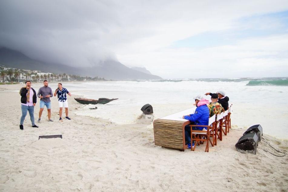 Dabei bekam es das Trio am Strand von Kapstadt mit erschwerten Bedingungen zu tun: Sturm, Regen und Wellen zogen über das DSDS-Set.