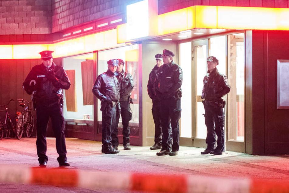 Polizisten sichern den Eingang einem Banküberfall im Januar 2017 in Altona.