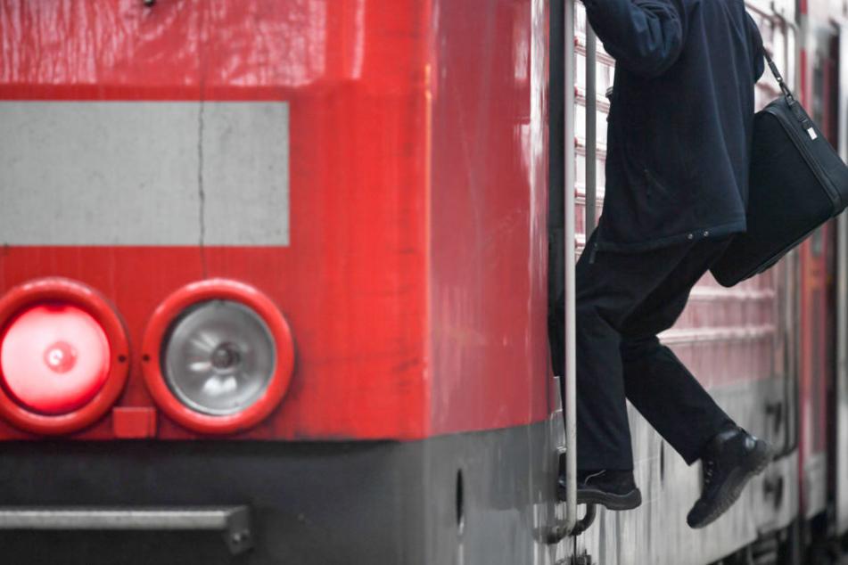 Ein Jugendlicher fuhr am Sonntag von Eilenburg nach Leipzig. Allerdings nicht im Zug, sondern auf den Trittbrettern des hinteren Führerstands.
