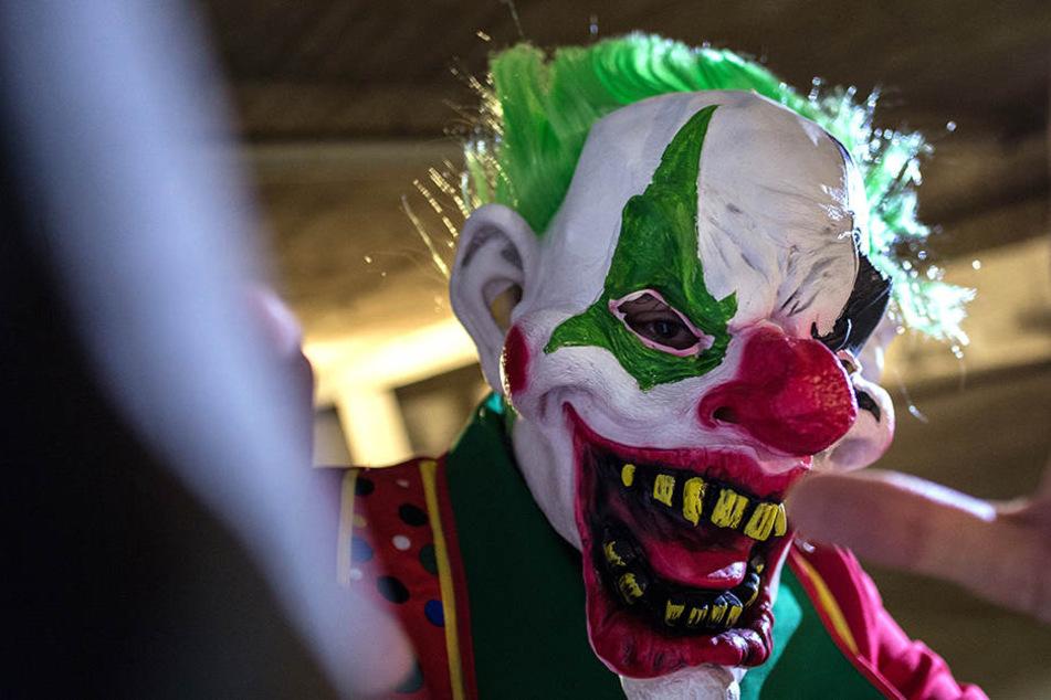 Der Unbekannte mit Clowns-Maske bedrohte am Küchwald eine junge Frau.