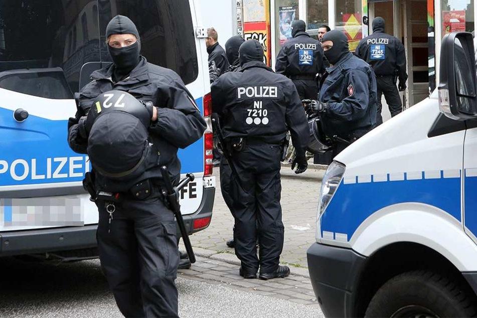 Nachdem sie die Straße gesperrt hatte, nahm die Polizei dreizehn Partygäste fest (Symbolbild).