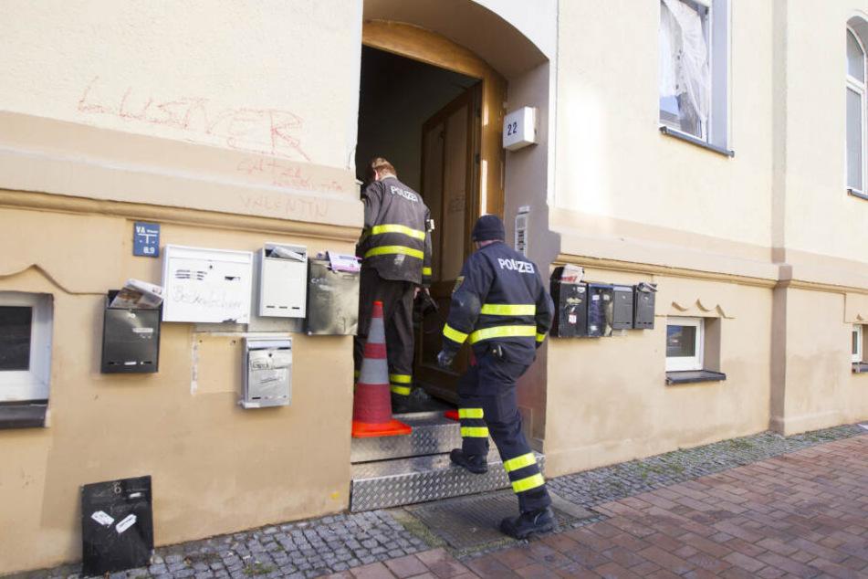Am Freitag waren die Ermittler der Polizei noch im Brandhaus tätig.
