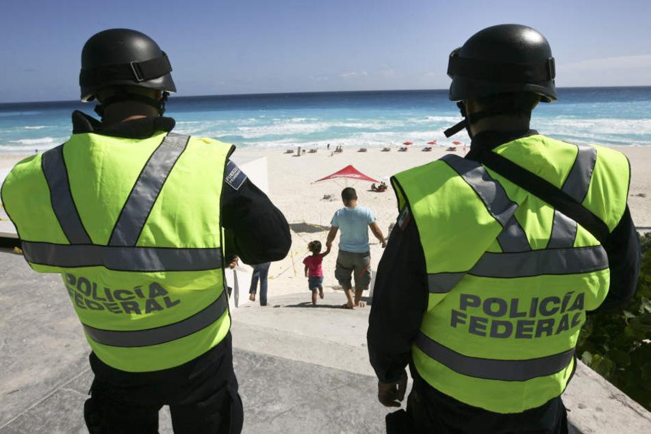 Mexikanische Polizisten patrouillieren am Strand von Cancún. (Archivbild)