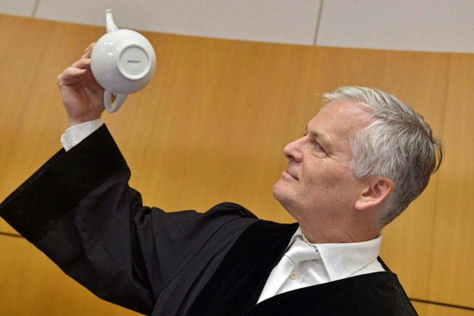 """Benutzt die Manufaktur den Schriftzug """"MEISSEN"""" noch? Davon machte sich Richter Martin Marx (53) selbst ein Bild."""