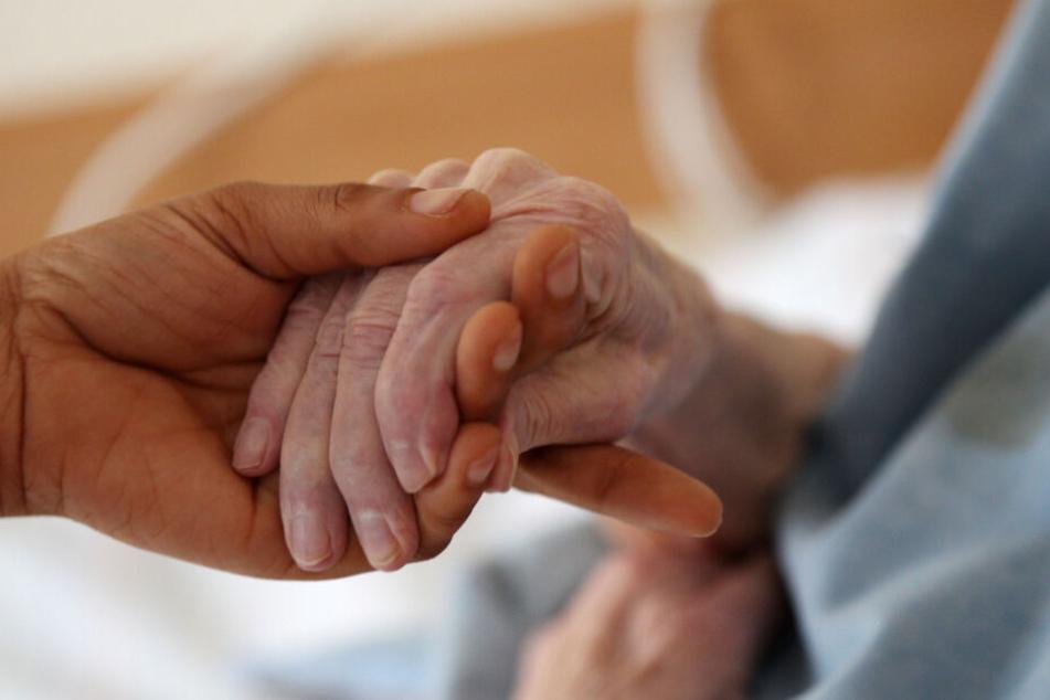 Eine 84-jährige Frau wurde von einem Pfleger misshandelt. (Symbolbild)