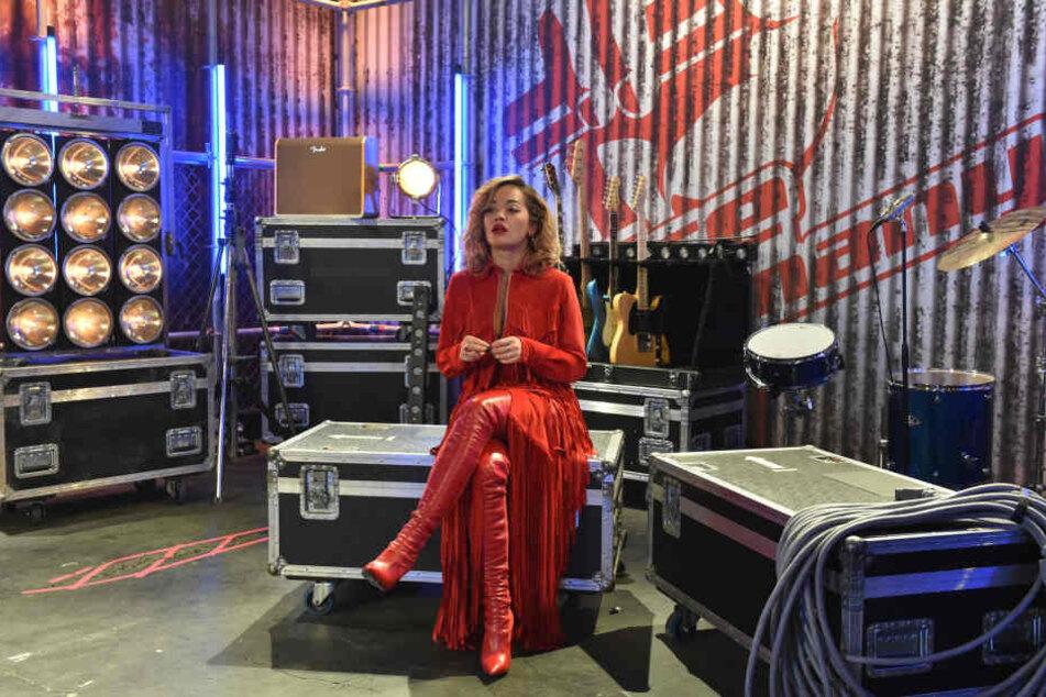 Rita Ora vor ihrem Auftritt sichtlich nervös.