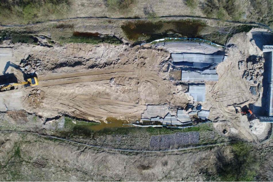Eine Luftaufnahme vom weggebrochenen, aber mittlerweile zum größten Teil abgetragenen Autobahnabschnitt der A20.