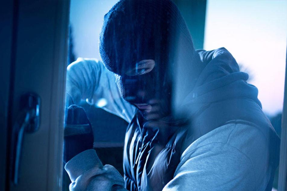 In zwei Eisenstangen steckte der Einbrecher fest. (Symbolbild)