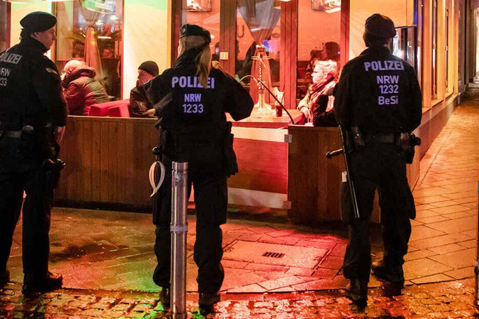 Polizisten sichern während einer Razzia eine Shisha-Bar.