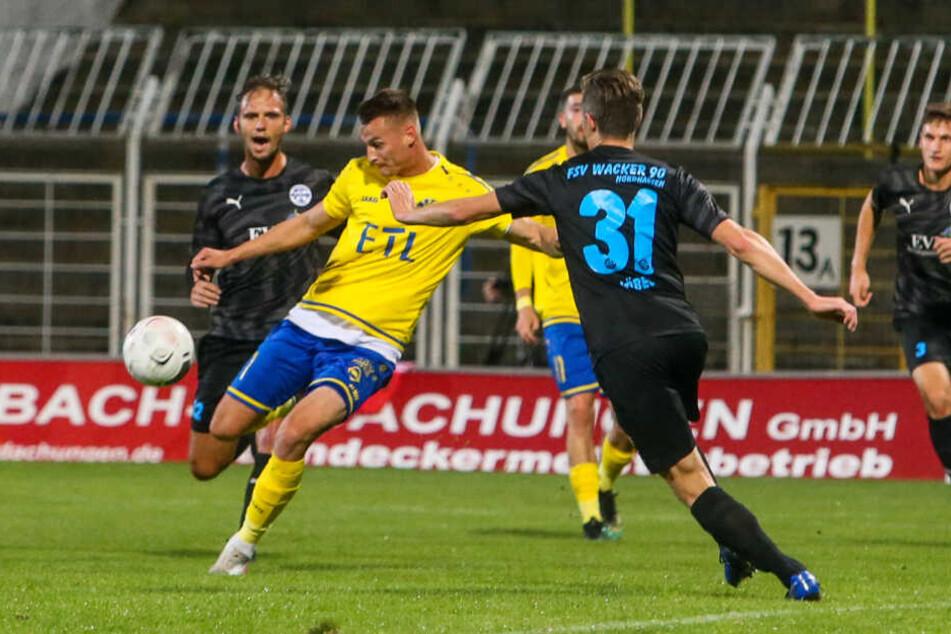 Die Führung: Matthias Steinborn dreht sich kurz vor dem Strafraum, zog ab und traf per Bogenlampe zum 1:0 für Lok.