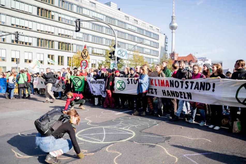 Klima-Protest in Berlin geht weiter: Extinction Rebellion besetzen Brücken