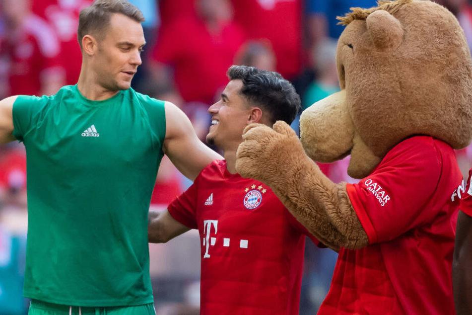 Torwart Manuel Neuer (l.) und Philippe Coutinho feiern gemeinsam nach dem Spiel gegen den FSV Mainz 05.