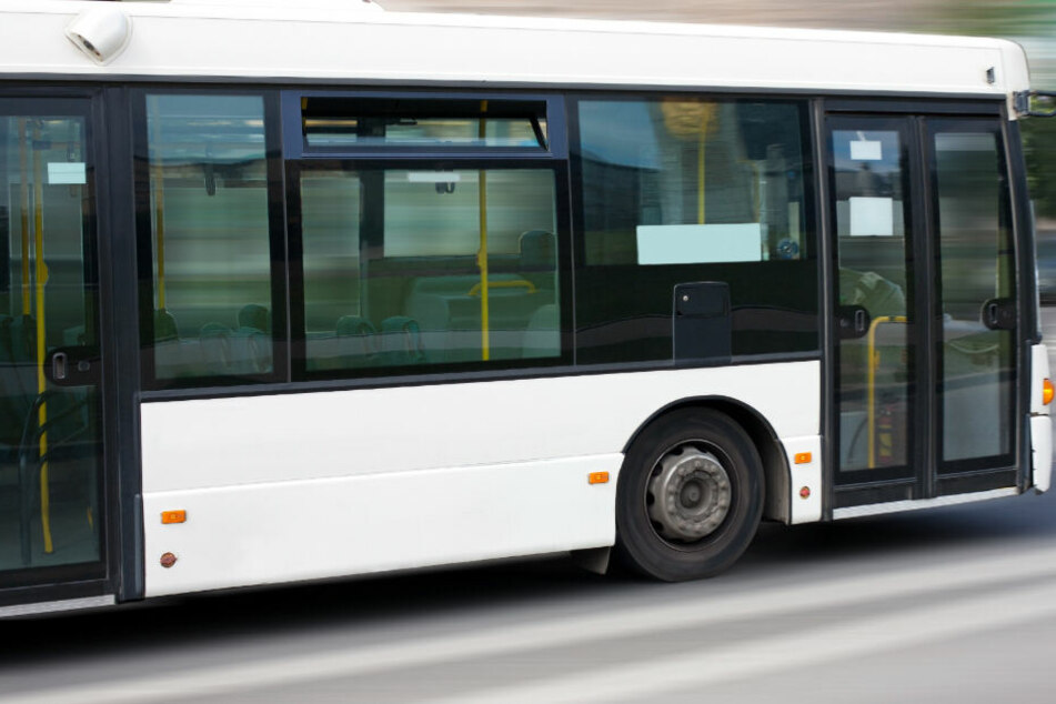 In Ichenhausen ist es zu einem Unfall mit einem Schulbus gekommen. (Symbolbild)