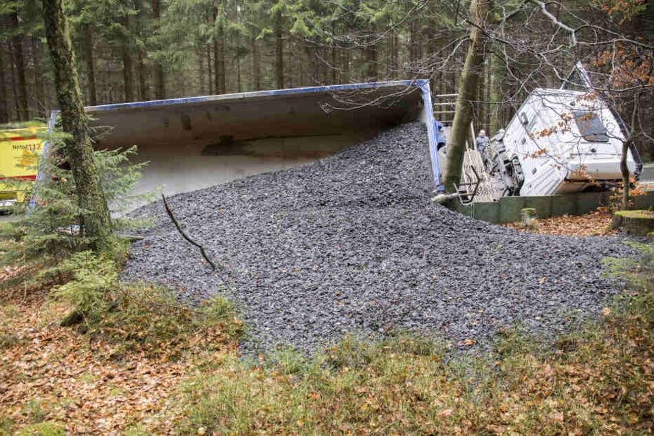 Bei dem Unfall verteilte sich tonnenweise Split im Wald.