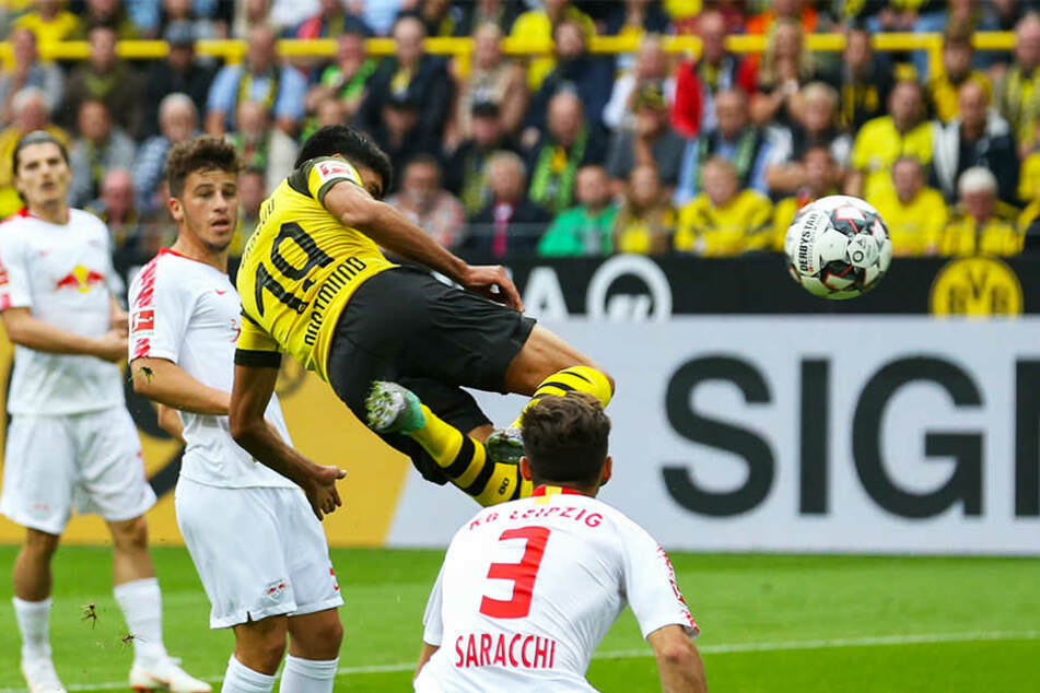 Wunderschön! Dortmund Mahmoud Dahoud (Mitte) drückt den Ball mit einem artistischen Flugkopfball zum zwischenzeitlichen 1:1-Ausgleich für den BVB über die Linie.