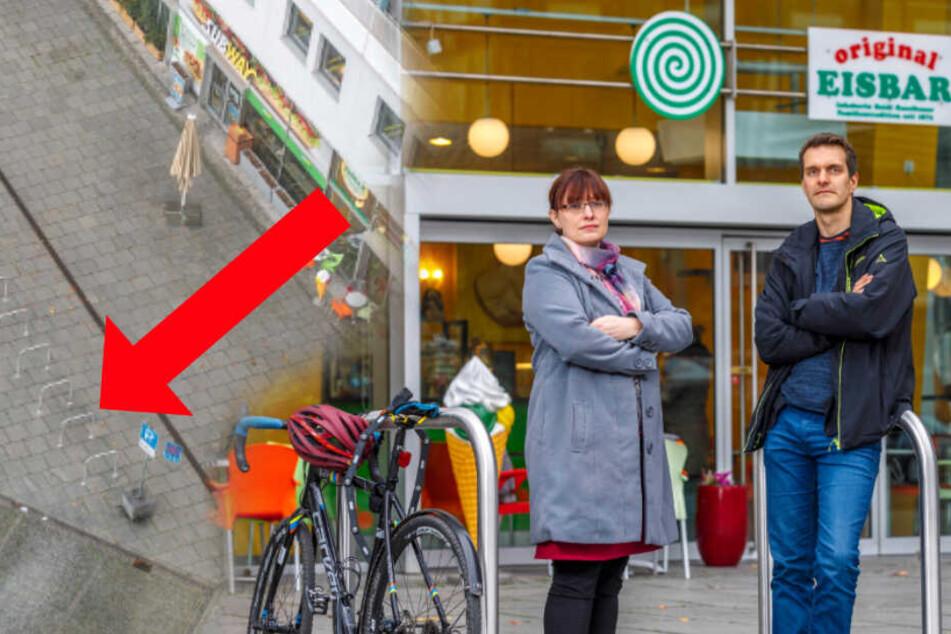 Weil die Tiefgarage statische Probleme hat: Rathaus baut Radbügel vors Eiscafé