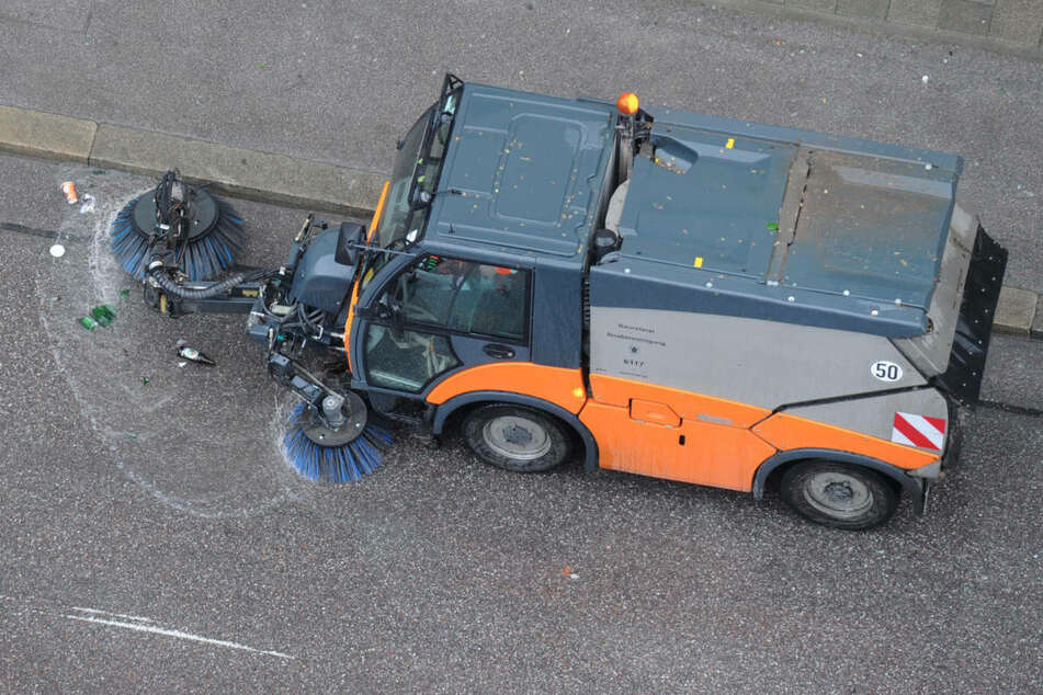 Eine langsam fahrende Kehrmaschine ist in Stralsund einer 78-jährigen Mercedes-Fahrerin zum Verhängnis geworden. (Symbolfoto)