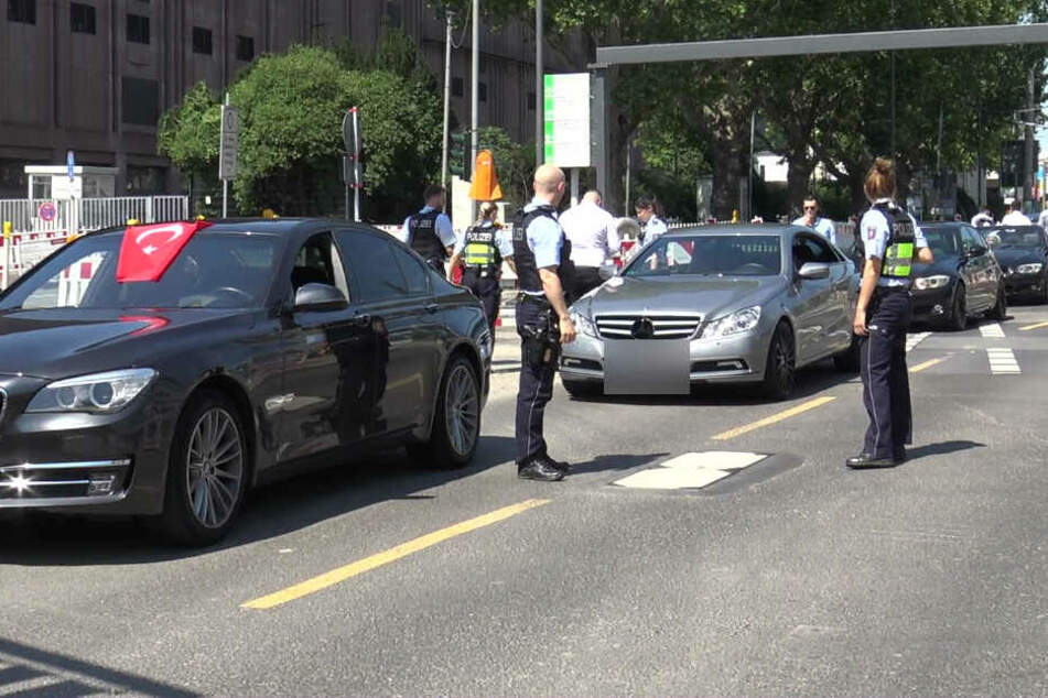 Die Polizisten stoppen den Hochzeits-Konvoi auf der Zoobrücke.
