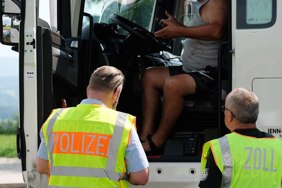 Zollbeamte und Polizisten sind unter anderem auch am Wochenende und nachts im Einsatz.
