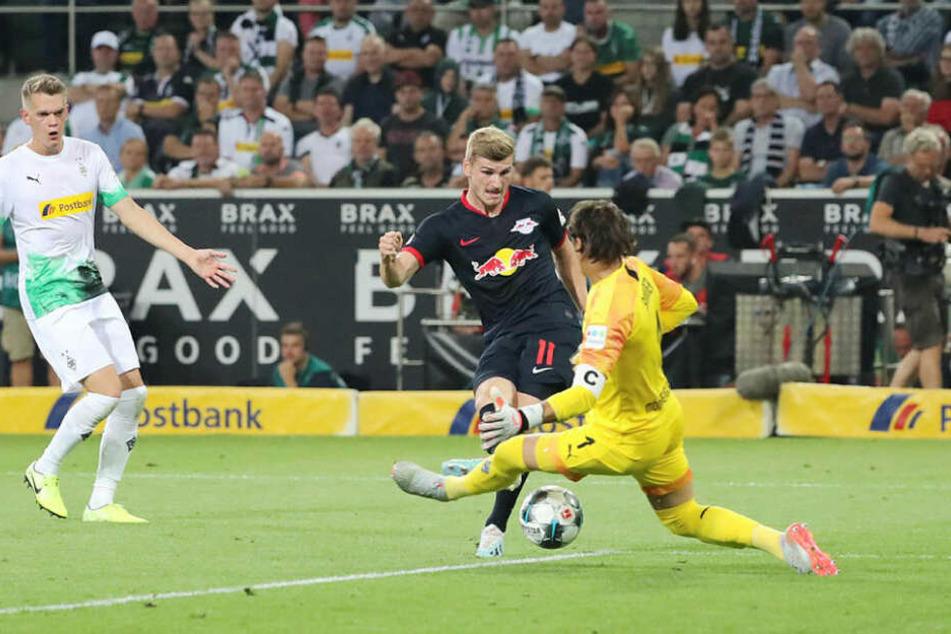Nachdem er den Körper geschickt gegen Matthias Ginter (l.) reinstellte und sich so einfach durchsetzen konnte, erzielte Timo Werner durch Yann Sommers Beine das 1:0 für die Sachsen.