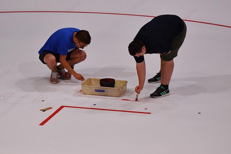 Dank vieler freiwilliger Helfer war das Malen der Linien auf dem Eis schnell erledigt.
