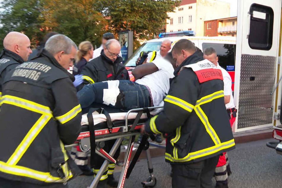 Der Verletze (20) wird in ein Krankenhaus gebracht.