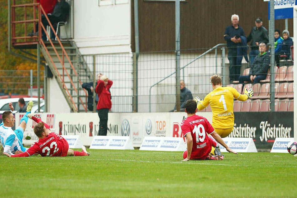 Das ist es passiert: Daniel Frahn (l.) schiebt im Liegen zum 1:0 für Chemnitz ein. Es war sein 12. Saisontor, das 13. ließ er wenig später folgen.