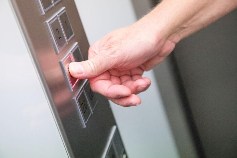 Mann geht in Fahrstuhl und erkennt Dieb auf den ersten Blick
