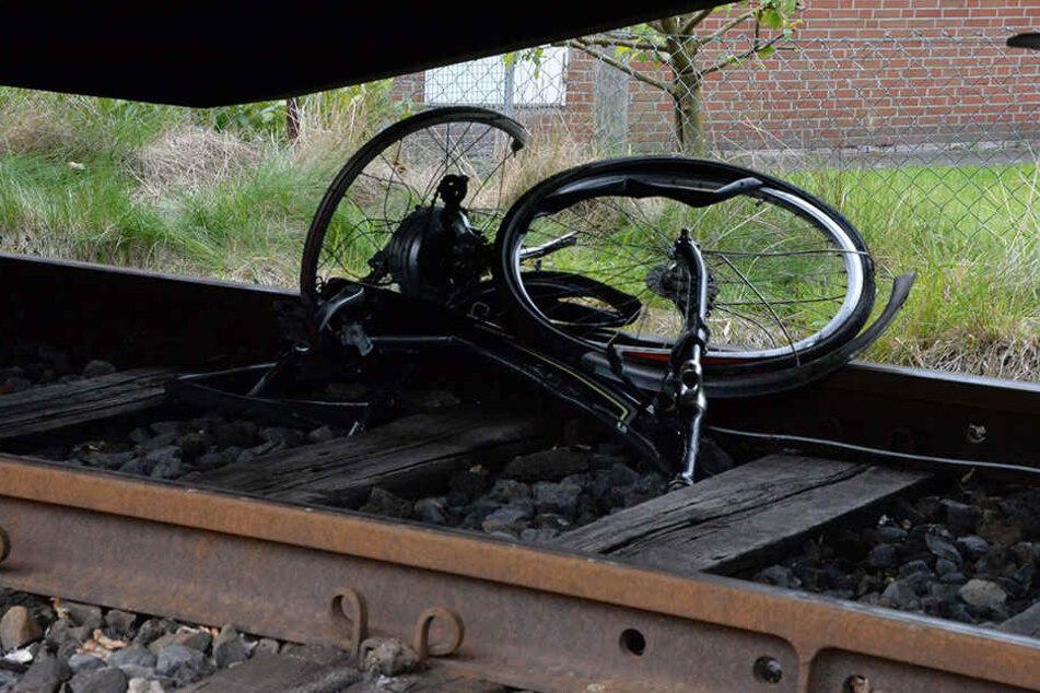 Das Fahrrad und der Mann gerieten unter die Räder des Güterzuges.