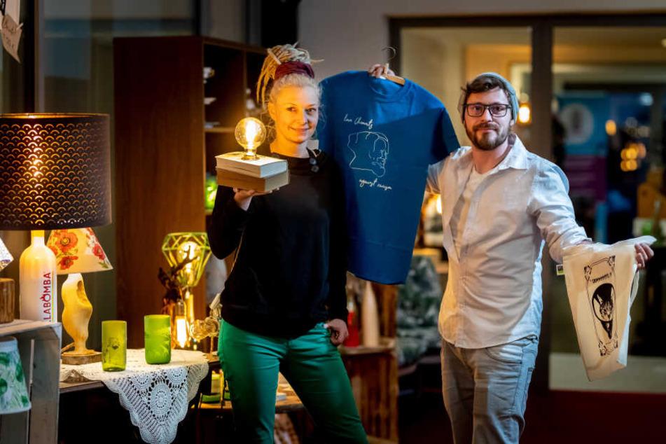 """Denise Quarch (34) von """"Don Quijote"""" und Martin Konrad Grimm (31) von """"Breakfast Print"""" zeigen ihre Designs."""