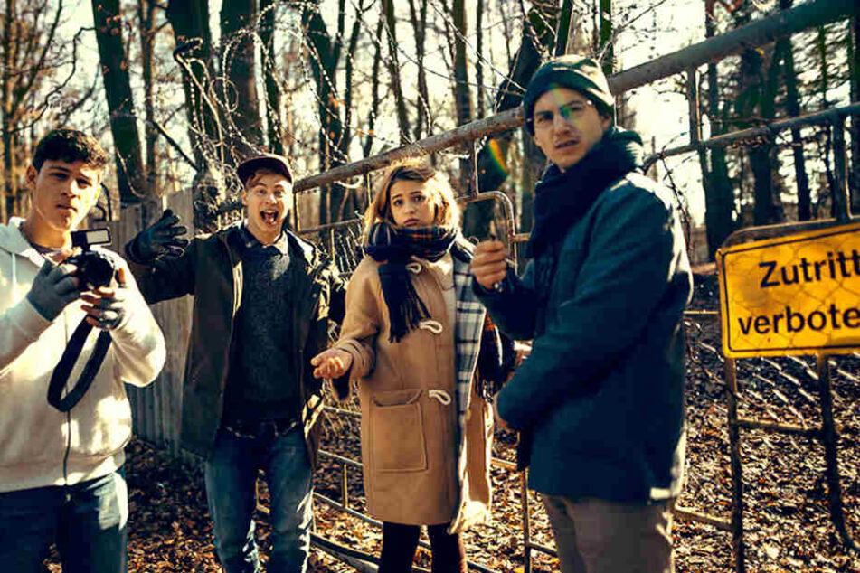 """Emilio Sakraya (l-r) als Charly, Timmi Trinks als Finn, Lisa-Marie Koroll als Emma und Tim Oliver Schultz als Theo in einer Szene des Films """"Heilstätten""""."""