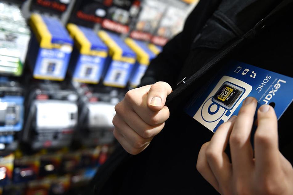 Ein Dieb lässt Elektronikartikel im Laden mitgehen (Symbolbild).
