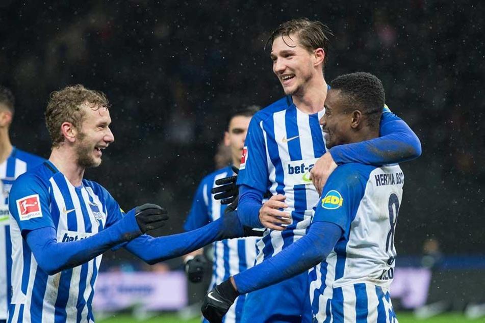 Nach dem Tor zum 2:0 jubelnNiklas Stark (M.) und Fabian Lustenberger (l) mit dem Torschützen Salomon Kalou.