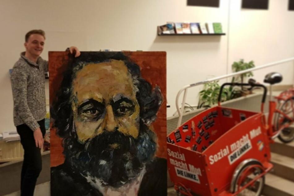 Überglücklich hat Linken-Politiker Marco Böhme (29) das gestohlene Karl-Marx-Gemälde in Empfang genommen.