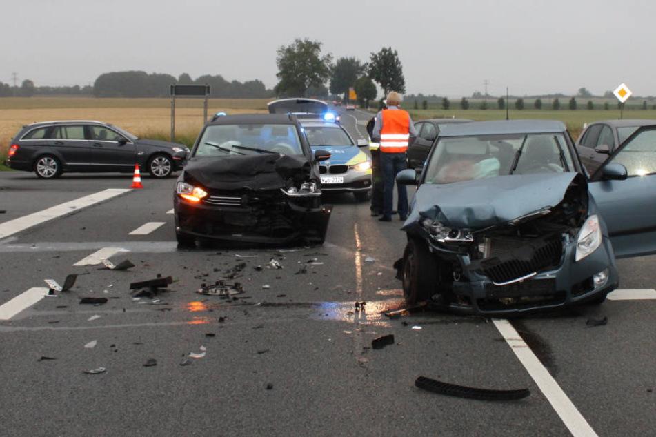 Autos krachen auf Kreuzung zusammen: Zwei Frauen verletzt