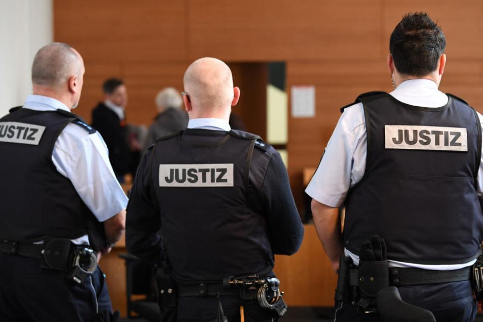 Justizbeamte stehen im Gerichtssaal Freiburg. (Symbolbild)