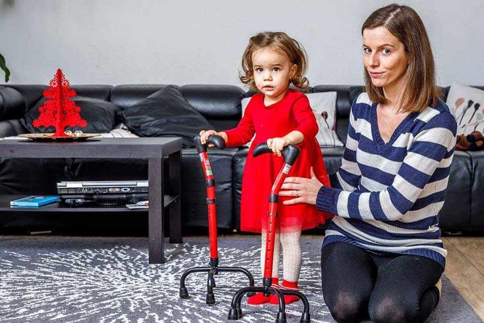 Übt mit Gehhilfen, benötigt einen Rollator: die kleine Elena (fast 2) beim täglichen Training mit Mama Marie Lorentschk (34).
