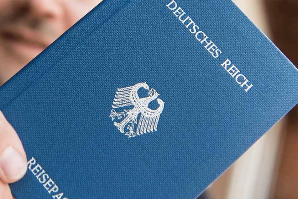 """Auch mit diesen gefälschten Reisepässen, machen sich die sogenannten """"Reichsbürger"""" natürlich strafbar."""
