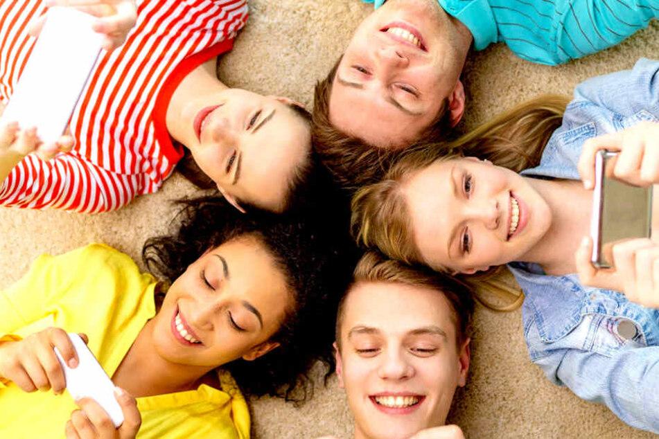 """Haustiere? Die meisten Teenager""""streicheln"""" heute viel lieber stundenlang ihr Smartphone."""