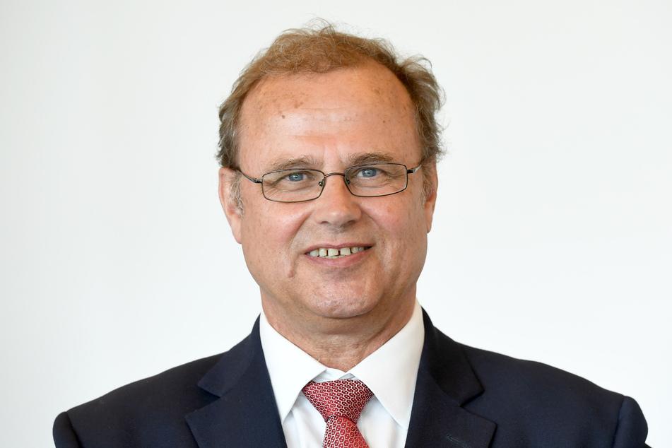 Claus Christian Claussen (CDU), steht nach seiner Ernennung zum Justizminister im Zimmer des Ministerpräsidenten.