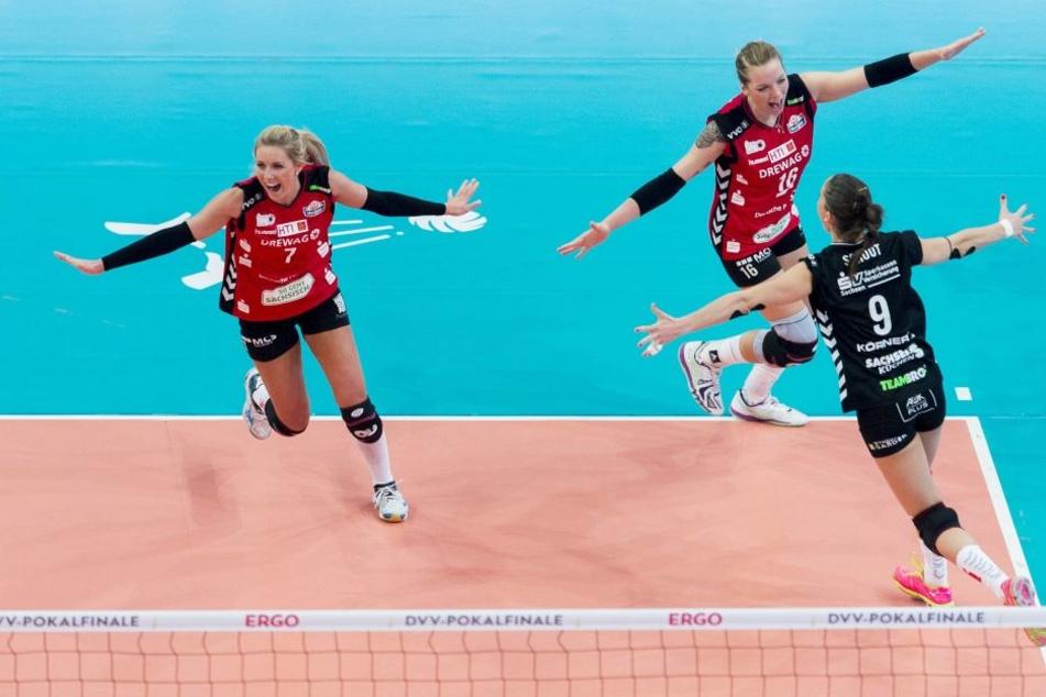 """Myrthe Schoot (ganz rechts) etablierte den """"Flieger-Jubel"""" beim DSC. Hier nach dem Pokalsieg 2016 in Mannheim."""