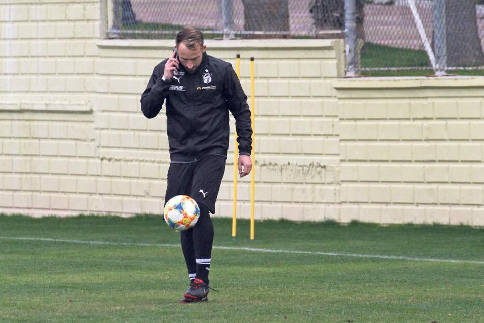 Multitasking! FSV-Sportchef Toni Wachsmuth telefoniert und jongliert nebenbei mit dem Ball.