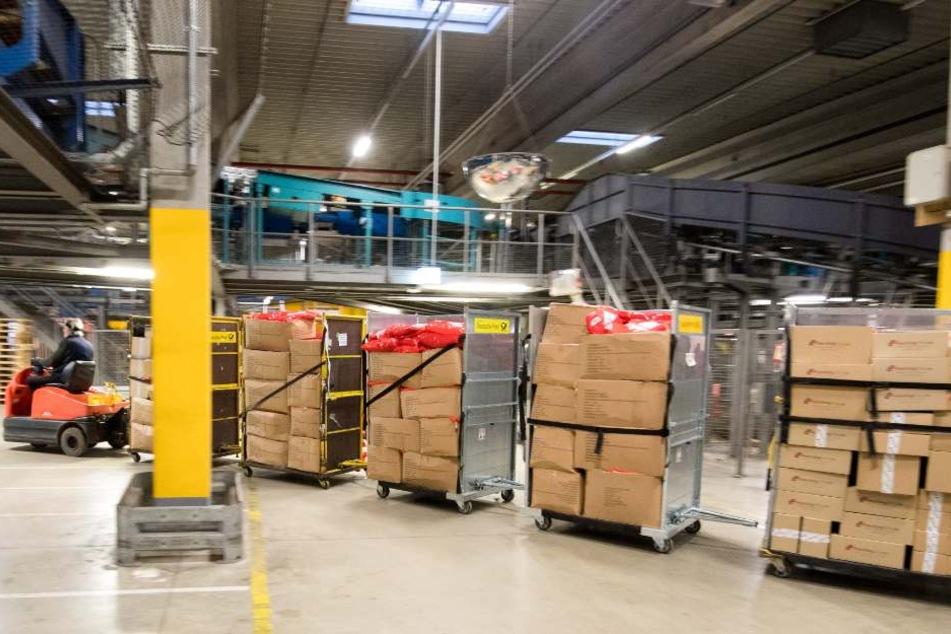 In dem Paketzentrum ist die arbeitsreichste Woche des Jahres im vollen Gange.