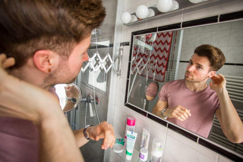 Gesichtspflege, Herrenkosmetik und regelmäßige Friseurbesuche gehören zu den Beautyritualen des Schönheitskönigs.