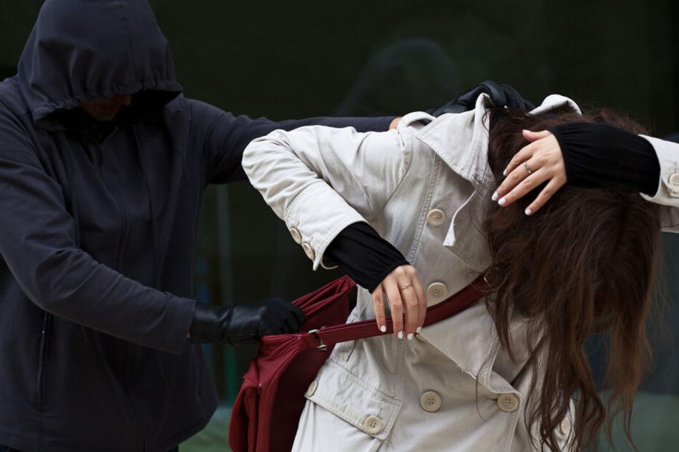 Die Überfallene hatte den maskierten Täter verfolgt. (Symbolbild)